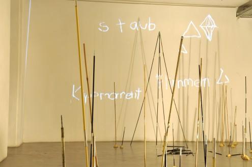 WÜSTEN VII, Kunstarkaden 2013, Zeltstangen, Projektion